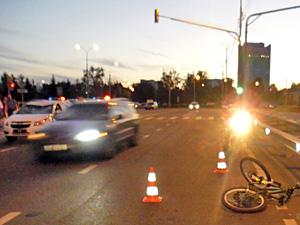 Сбившая велосипедиста машина ехала на красный свет