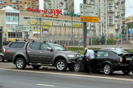 Пикап протаранил три встречные машины на улице Каменке