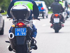 Агрессивный скутерист побил шлемом двух инспекторов мотовзвода