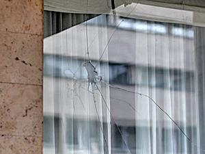 Хулиганы разбили окна в здании префектуры
