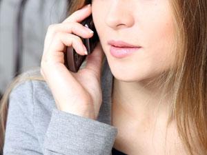 Аферист вымогал у женщины деньги с помощью похищенного у ее мужа телефона
