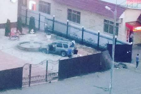 Вылетевший с дороги внедорожник пробил забор ресторана «Очаг»