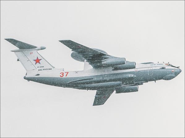 Самолеты на фоне снега