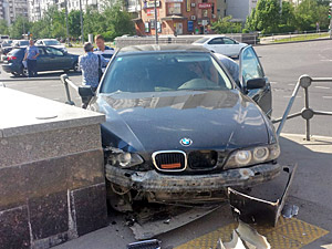Автомобиль врезался в подземный переход у здания суда