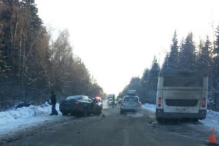 На дороге в Менделеево легковушка столкнулась «лоб в лоб» с автобусом