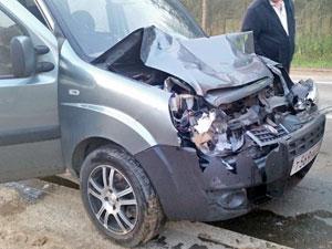 Под Андреевкой мини-фургон врезался в тушившую пожар машину МЧС