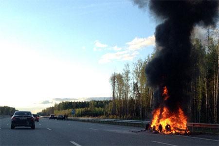 Люксовый внедорожник сгорел на трассе М11 у поворота к Зеленограду