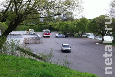 В парке Победы экстренные службы проверяют брошенный автомобиль