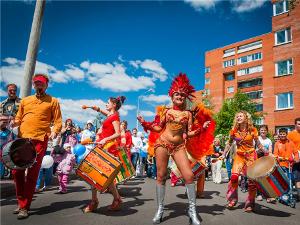 «Околофутбола», «Бегущие грации», открытие Аллеи счастья, бразильский карнавал, Нюша, чемпионат по регби
