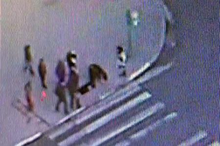 Появилось видео падения женщины в яму у «Дома быта»
