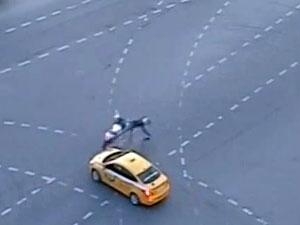 Таксист сбил мотоциклиста у 14-го микрорайона