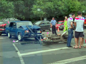 У «Макдоналдса» автомобиль сбил мотоциклиста