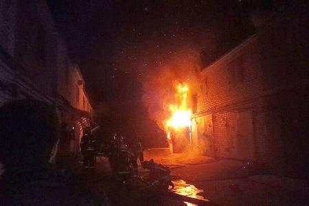 Через дорогу от 16-го микрорайона сгорел гараж с газовыми баллонами