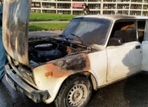 Автомобиль загорелся на ходу рядом с пожарной частью