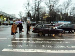 На «зебре» у Крюковской эстакады сбили женщину