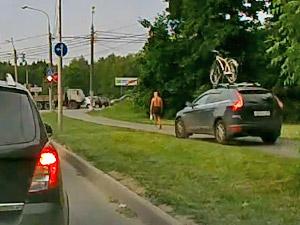 Через пробку по тротуару