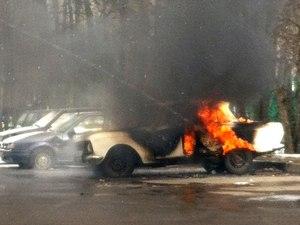За один день от огня пострадали два автомобиля, гараж и частный дом