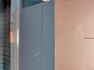 Рослый зеленоградец добился увеличения входной двери дома