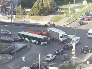 У здания суда столкнулись автобус и два грузовика