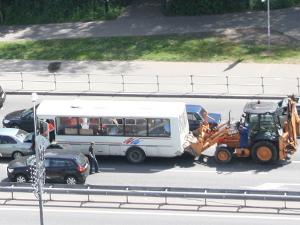 У «Кафе Лесное» экскаватор протаранил автобус и две легковушки