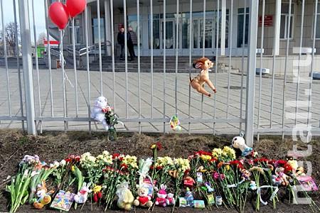 Горожане несут цветы и мягкие игрушки к месту трагедии у Зелрайсуда