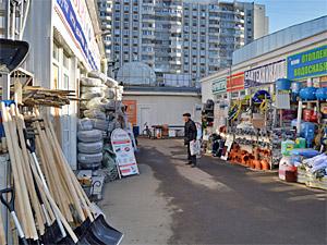 Власти пообещали заняться внешним видом рынка «Стройрай» в Андреевке