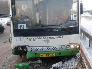 На мосту автобус выехал на «встречку»: двое пострадавших