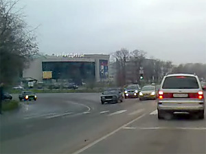 Напуганная девушка выпрыгнула на ходу из такси