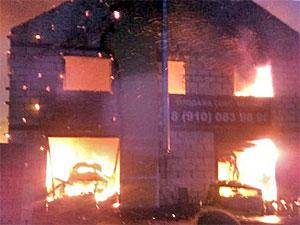 В Ржавках сгорела автомастерская с тремя машинами