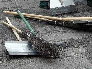 15-й микрорайон покрылся мусором из-за ушедших в загул дворников