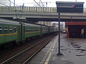 Покалеченный поездом пассажир перебегал пути между платформами