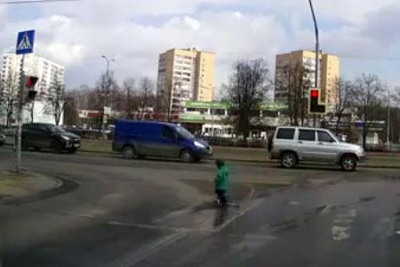 Малыш на дороге