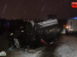 На Кутузовском шоссе погиб пассажир перевернувшейся иномарки