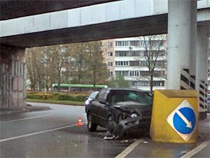 Пьяный автомобилист врезался в опору моста на Савелкинском проезде