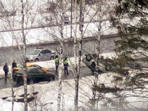 На Кутузовском шоссе перевернулась легковушка