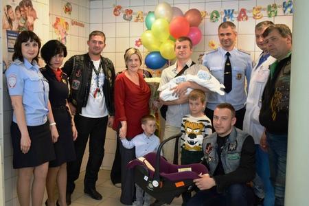 ГИБДД Зеленограда совместно с байкерами подарили родителям детские автокресла