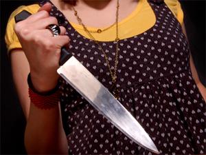 Девушка напала с ножом на полицейского