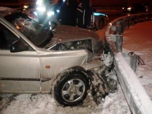 Такси с пассажирами разбилось об отбойник