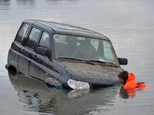 Из Школьного озера выловили автомобиль