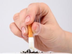 С 1 июня запретят курить в подъездах и на вокзалах