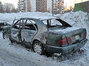 В 16-м микрорайоне сожгли «Мерседес» из Армении