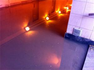 У МИЭТа пешеходы перебегают дорогу поверх затопленного тоннеля