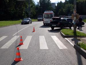 Машина сбила женщину на улице Летчика Полагушина
