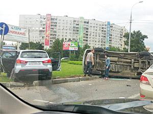 У Крюковской эстакады при ДТП опрокинулся микроавтобус