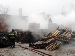 На сгоревшем складе поддонов подожгли микроавтобус