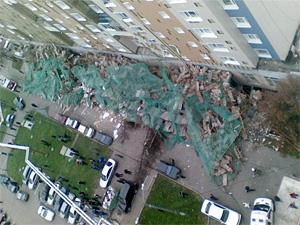 В 6-м микрорайоне рухнули строительные леса: пострадали 8 человек