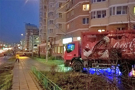 Coca-Cola наказала своего доставщика за езду по газону в 20-м микрорайоне