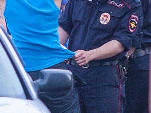 Полицейский отпускал за деньги задержанных на рынке мигрантов