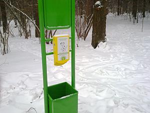 В лесопарках поставили урны для собак