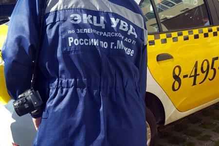 Неизвестные порезали колеса шести машин такси в 16-м микрорайоне